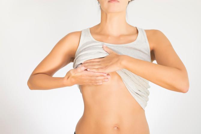 unge piger nøgne bryster med eget fedt